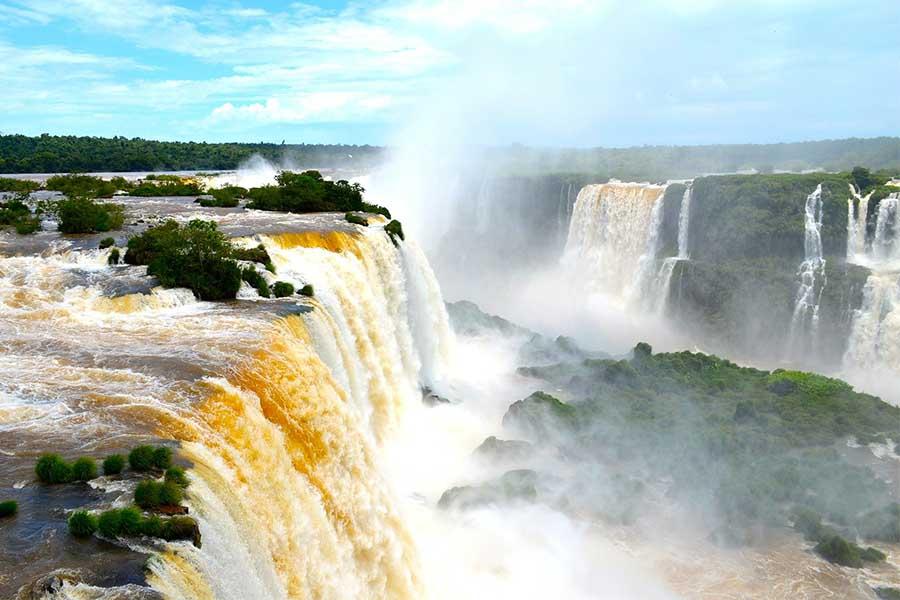 Oplev storslåede Iguazu Falls i Argentina og Brasilien